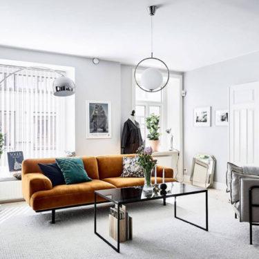 Un sofá color mostaza